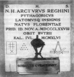 La lapide del loculo contenente i resti di Arturo Reghini nel cimitero di Budrio (BO). L'iscrizione è la medesima già posta sulla precedente tomba a cura del Fratello Giulio Parise.