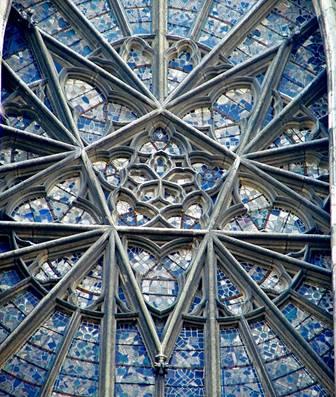 Il rosone del transetto nord della cattedrale di Amiens, ricostruito dopo la Seconda Guerra Mondiale